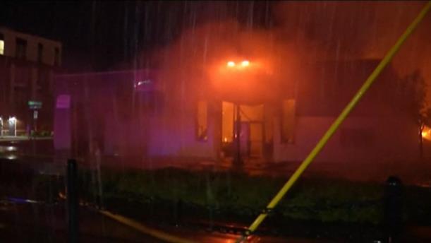 Μινεάπολις: Διαδηλωτές έβαλαν φωτιά στο αστυνομικό τμήμα
