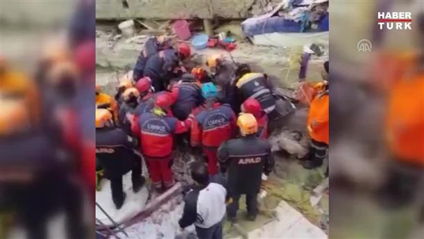Ένα κορίτσι ανασύρθηκε ζωντανό από τα ερείπια του κτιρίου που κατέρρευσε στην Κωνσταντινούπολη