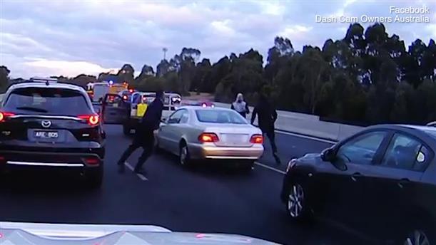 Κατέβηκε από το αυτοκίνητό του και πλάκωσε άλλον οδηγό!