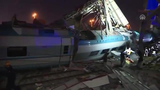 Τρένο στην Τουρκία προσέκρουσε σε διάβαση και εκτροχιάστηκε