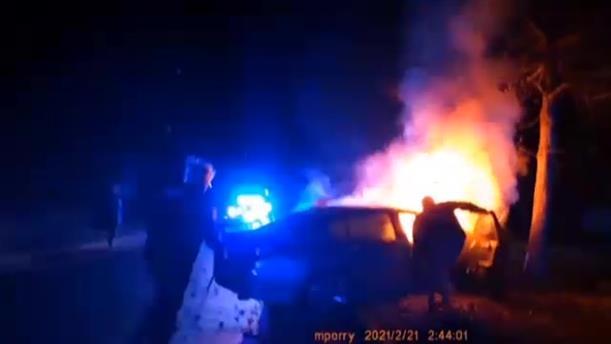 ΗΠΑ: Διάσωση από φλεγόμενο αυτοκίνητο