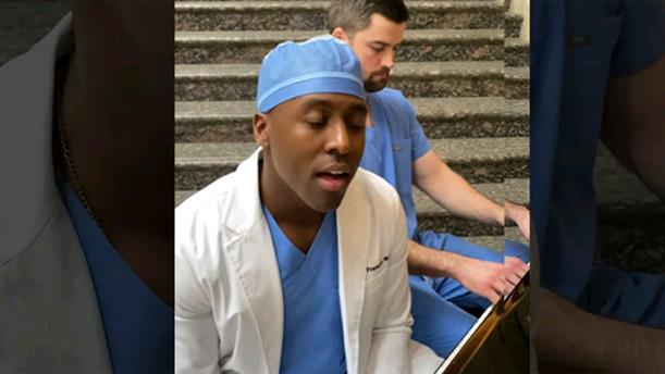 Χειρουργός τραγουδά για να συγκεντρώσει χρήματα για την αντιμετώπιση της πανδημίας