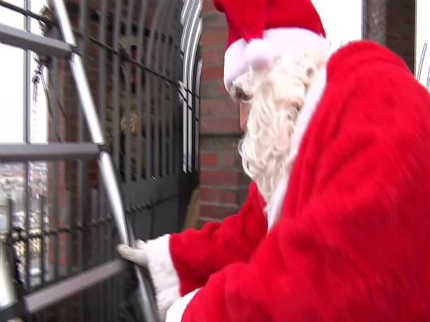 Ο Άγιος Βασίλης κατέβηκε από...ουρανοξύστη