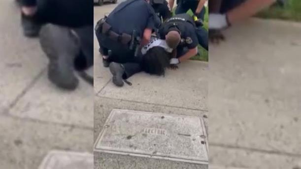 ΗΠΑ: Αστυνομικός χτυπά διαδηλωτή