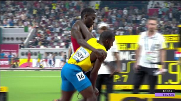 Ο Τζόναθαν Μπάσμπι βοήθησε συναθλητή του να τερματίσει