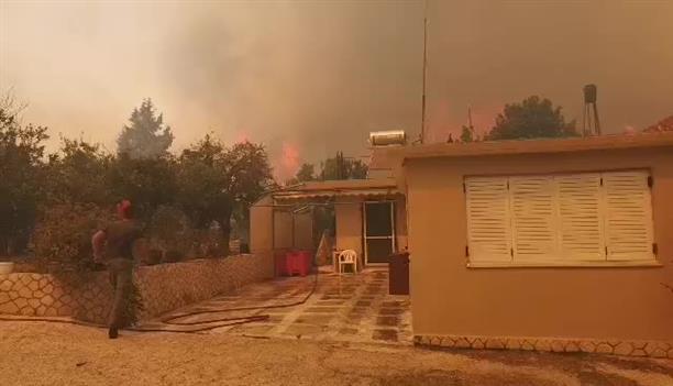 Φωτιά στη Ζάκυνθο απειλεί κατοικίες