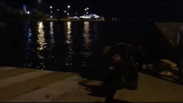 Δύτες του λιμενικού ερευνούν αυτοκίνητο που έπεσε στο λιμάνι του Πειραιά