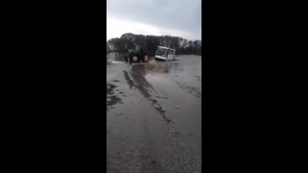 Λεωφορείο με μαθητές, «κόλλησε» στα νερά