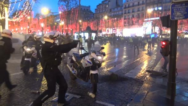 Αστυνομικός σημαδεύει διαδηλωτή