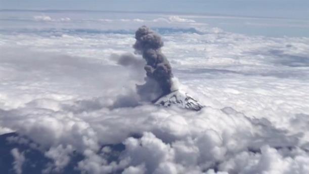 Εκθαμβωτική θέα ηφαιστείου πάνω από τα σύννεφα