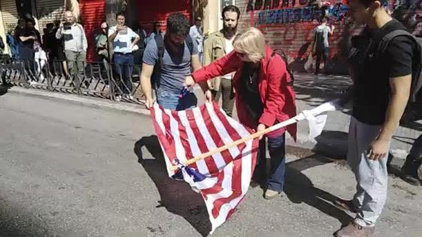 Έκαψαν σημαία των ΗΠΑ στη Θεσσαλονίκη και έγραψαν συνθήματα κατά της επίσκεψης Πομπέο