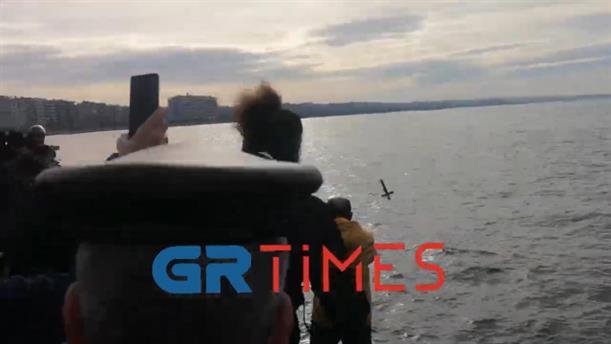 Θεσσαλονίκη: Ένταση αφού έριξαν τον σταυρό στη θάλασσα