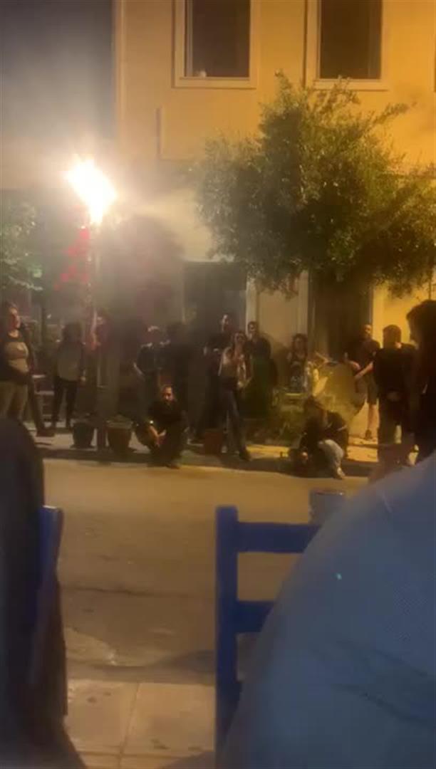 Διαμαρτυρία αντιεξουσιαστών έξω από ταβέρνα που τρώει ο Κώστας Μπακογιάννης