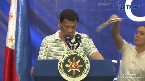 Κατσαρίδα πάνω στον Πρόεδρο των Φιλιππίνων!