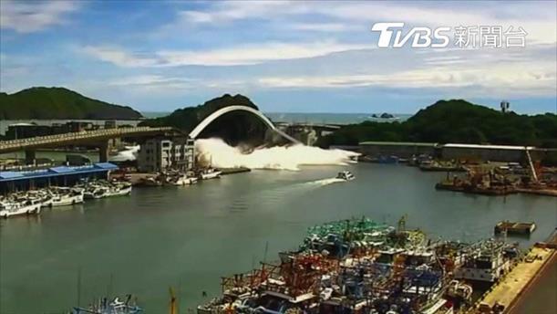Η στιγμή της κατάρρευσης γέφυρας στην Ταϊβάν