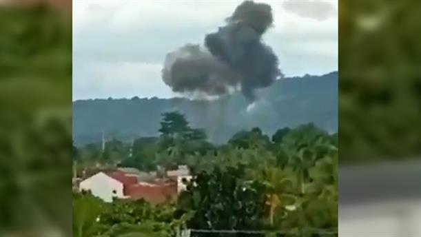 Η στιγμή της πτώσης αεροπλάνου στις Φιλιππίνες
