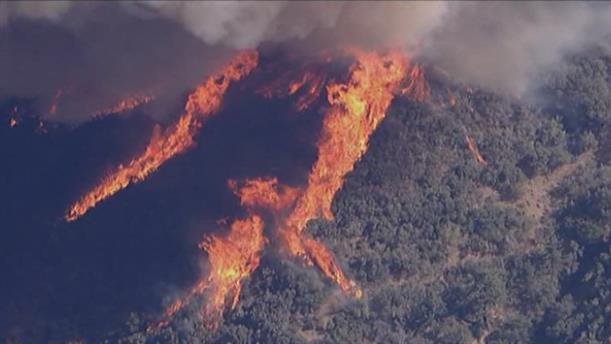 Μεγάλη φωτιά κοντά σε εθνικό δρυμό στην Καλιφόρνια