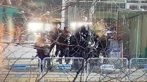 Τούρκοι ένστολοι προετοιμάζονται για την ρίψη δακρυγόνων