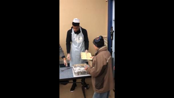 Ο Γιάννης Αντετοκούνμπο μοίρασε 27.000 μερίδες φαγητό σε κέντρο απόρων