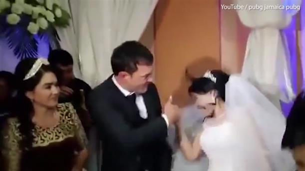 Γαμπρός χαστουκίζει τη νύφη επειδή αστειεύτηκε με την τούρτα