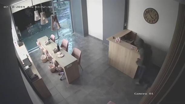 Βίντεο με διαρρήκτη που εισβάλλει σε κατάστημα
