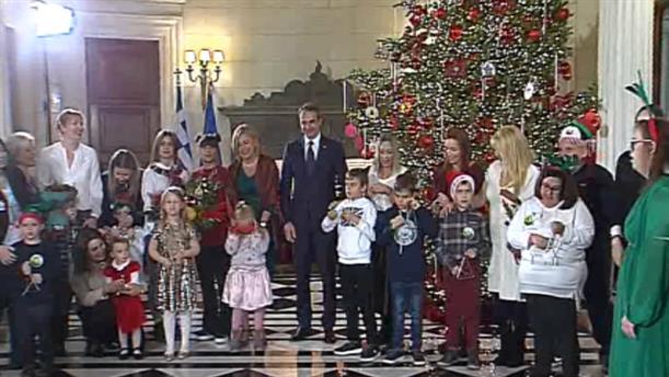 Είπαν τα χριστουγεννιάτικα κάλαντα στον Κυριάκο Μητσοτάκη