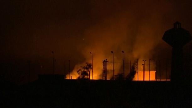 Εκρήξεις φωτίζουν το νυχτερινό ουρανό στις μεθοριακές πόλεις της Συρίας