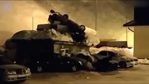 Αυτοκίνητο «πέταξε» στον αέρα και προσγειώθηκε σε ορυφή κτιρίου