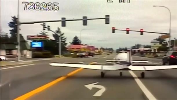 Αναγκαστική προσγείωση αεροπλάνου σε λεωφόρο…