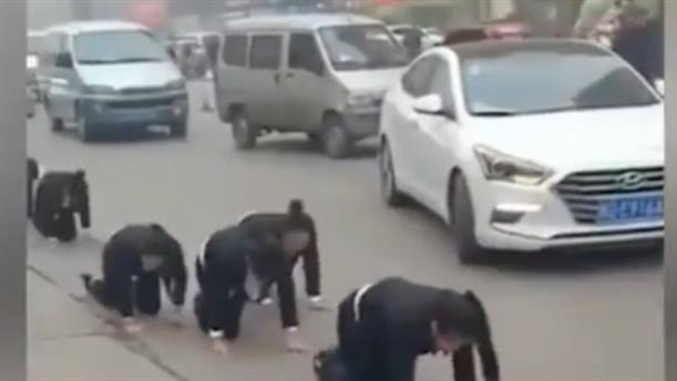 """Κινεζική εταιρεία έβαλε εργαζομένους να περπατήσουν με τα... """"4"""", στον δρόμο!"""