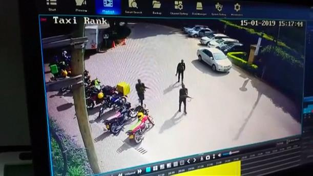 Η στιγμή που ένοπλοι εισβάλλουν σε ξενοδοχείο του Ναϊρόμπι