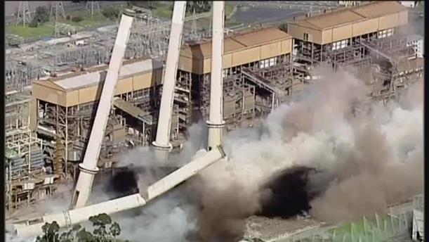 Κατεδάφιση καμινάδων εργοστασίου