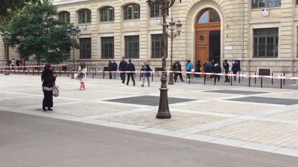 Επίθεση με μαχαίρι στα κεντρικά της Αστυνομίας του Παρισιού