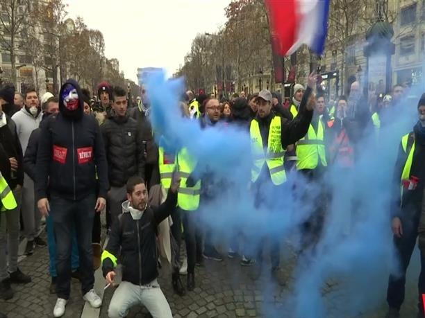 """Στους δρόμους του Παρισιού ξανά τα """"Κίτρινα Γιλέκα"""""""