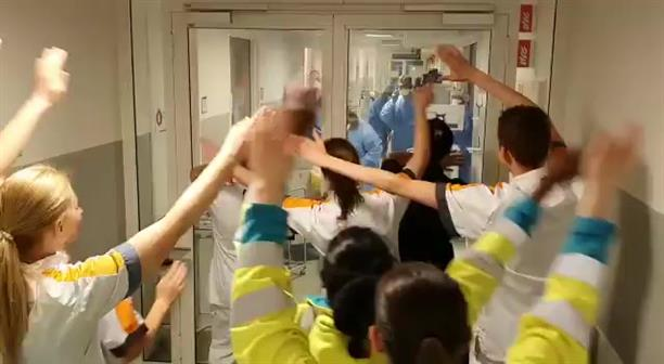 Γιατροί τραγουδούν τον ύμνο της Λίβερπουλ