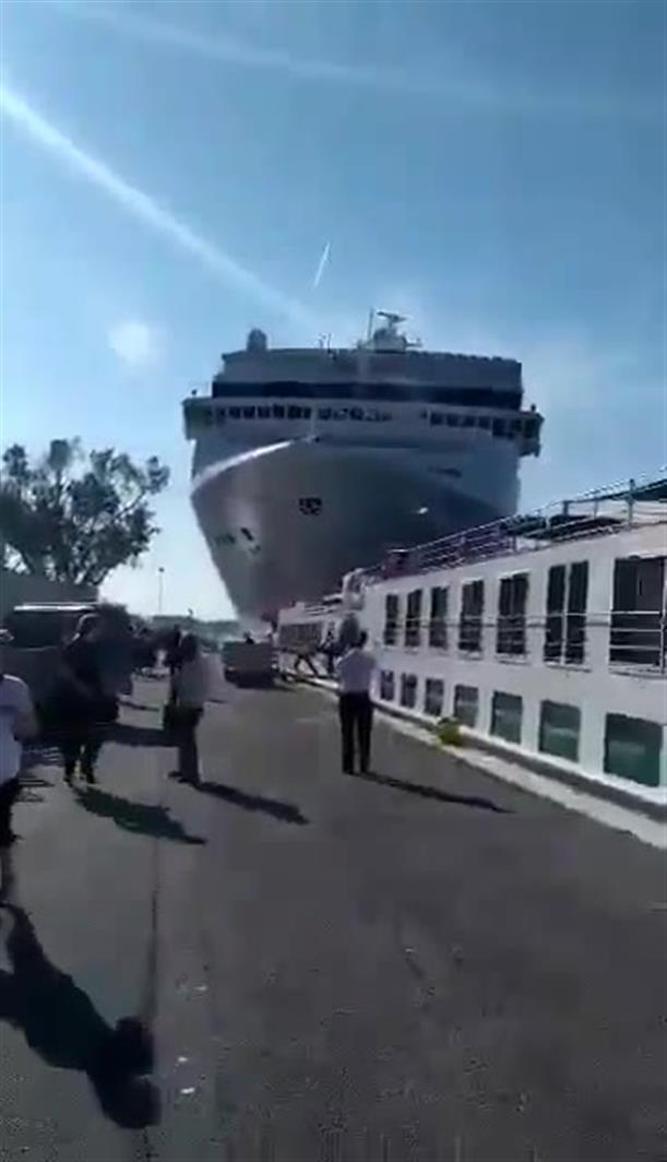 Kρουαζιερόπλοιο συγκρούεται με σκάφος στη Βενετία
