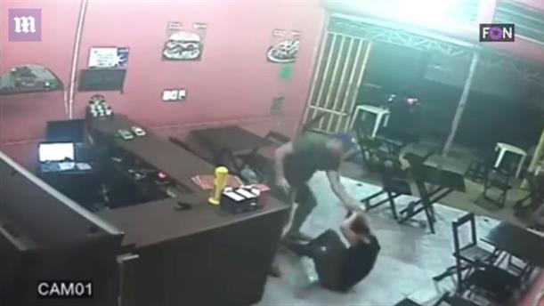 Τη χτύπησε αστυνομικός επειδή έβαλε σως στα μπέργκερ του
