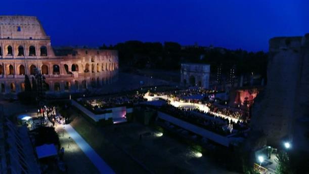 Ο Fendi τιμά τον Λάγκερφλεντ με επίδειξη μόδας στην αρχαία Ρώμη