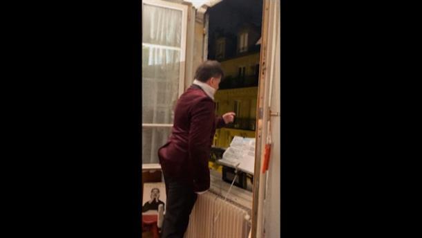 Τραγουδιστής της όπερας ψάλλει τον εθνικό ύμνο των ΗΠΑ στο παράθυρό του