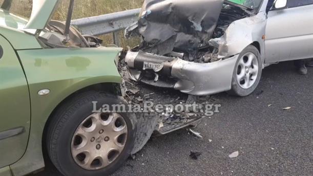 Μετωπική σύγκρουση αυτοκινήτων στη Λαμία