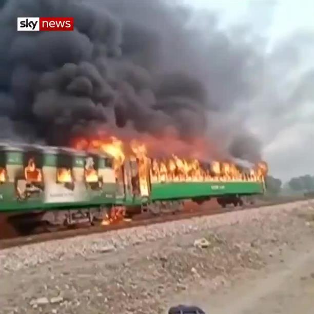 Δεκάδες νεκροί από φωτιά σε τρένο στο Πακιστάν