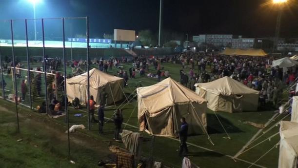 Σε σκηνές διανυκτέρευσαν χιλιάδες κόσμου στην Αλβανία