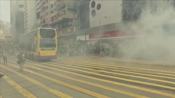 Οι αστυνομικοί χρησιμοποίησαν σπρέι πιπεριού για να διαλύσουν τους διαδηλωτές στο Χονγκ Κονγκ