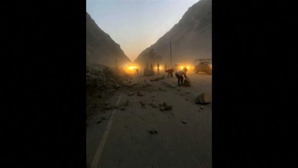 Βράχια έπεσαν στους δρόμους μετά τον ισχυρό σεισμό