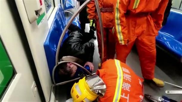 Aπεγκλωβίστηκε απο το μετρό, αφού τον πήρε ο ύπνος...