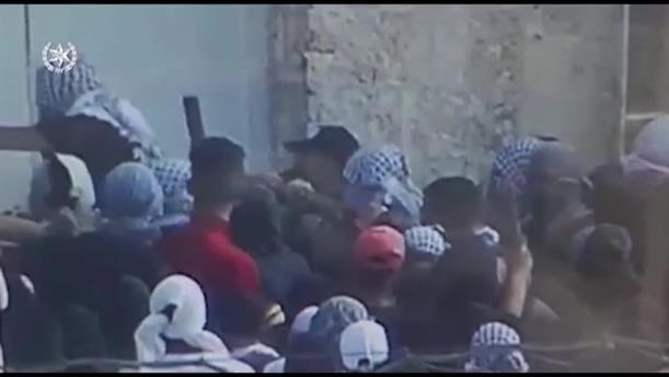 Παλαιστίνιοι επιχειρούν να μπουν σε ισραηλινό αστυνομικό τμήμα