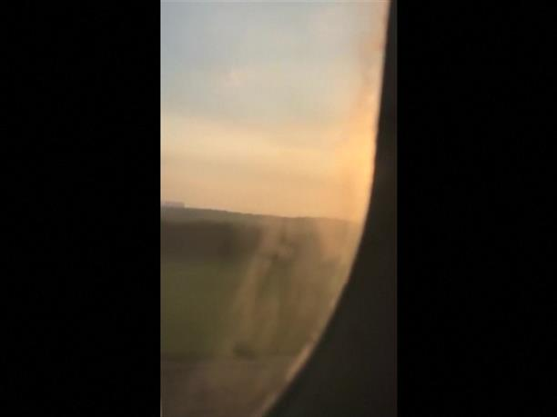 Πουλιά πετούν δίπλα στο αεροπλάνο που έκανε αναγκαστική προσγείωση