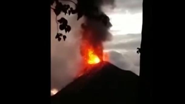Συγκλονιστικό βίντεο από το ηφαίστειο Κρακατόα που εξερράγη στην Ινδονησία
