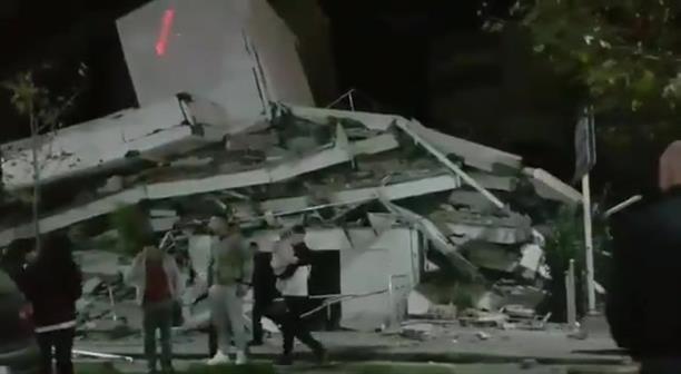 Κατάρρευση κτηρίου από τον ισχυρό σεισμό στην Αλβανία