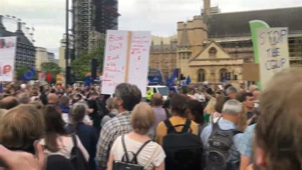 Στους δρόμους οι Βρετανοί, μετά την απόφαση του Τζόνσον να κλείσει τη Βουλή